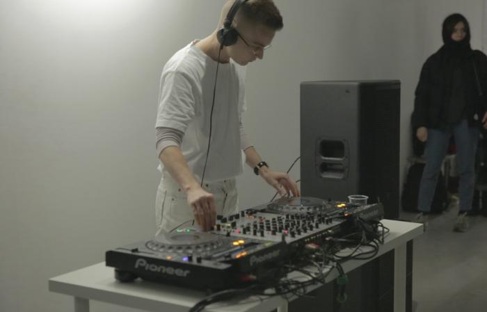 Видео: перформанс ЛуДраго вHSE Art Gallery
