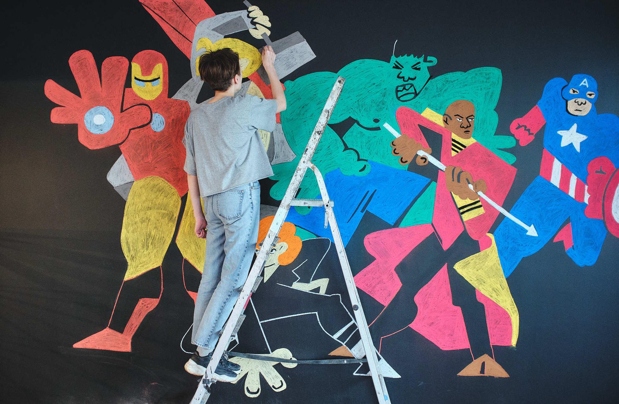 Студентка Школы дизайна расписала стену вкинотеатре «Космос»