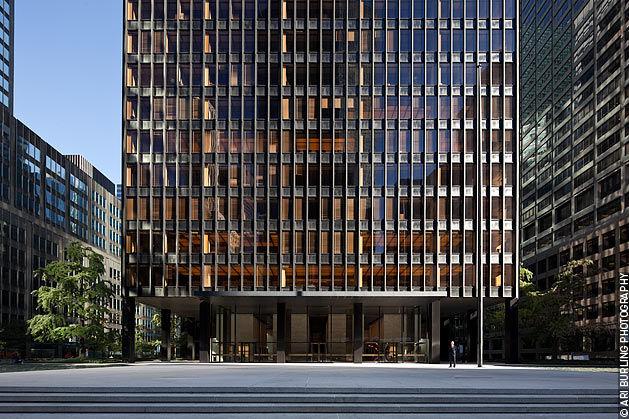 Людвиг Мис ван дер Роэ считается основоположником интернационального стиля в архитектуре, который отличают лаконичные решения и строгие геометрические формы. Принципы проектирования в его работах универсальны, они распространяются как на малоэтажные, так и на высотные постройки. Наиболее известный небоскреб – здание Сигрем-билдинг на Парк-авеню в Нью-Йорке.
