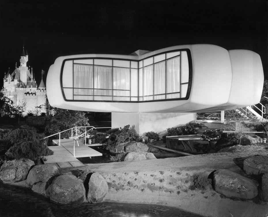 «Дом Будущего Монсанто» при ночном освещении нафоне Замка Принцессы вДиснейленде, Калифорния