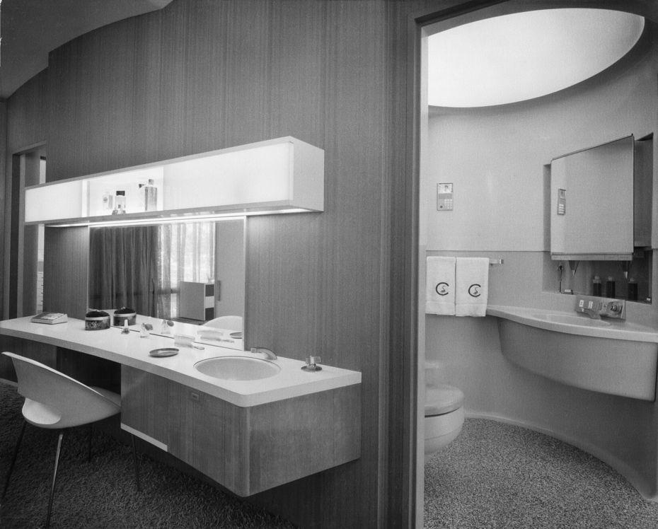 Вид наванную комнату ивстроенный встену туалетный столик вспальне