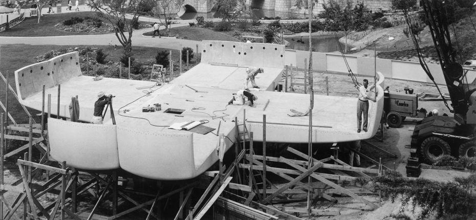 Строительная площадка вДиснейленде. Работы посборке модулей. Весна 1957года.