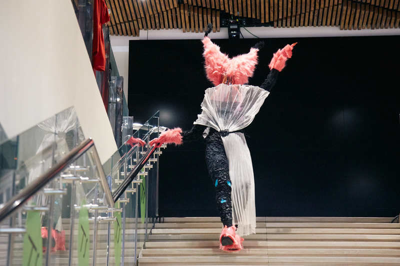 Перформанс студентов профиля «Художник театра икино» Living Costumes наTelling Stories Fest