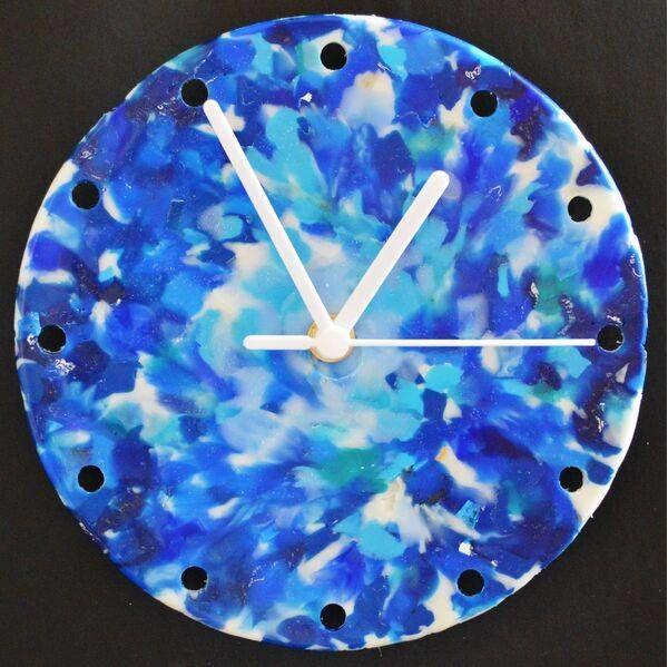 Часы изпереработанного пластика. Студия Plastically, Великобритания